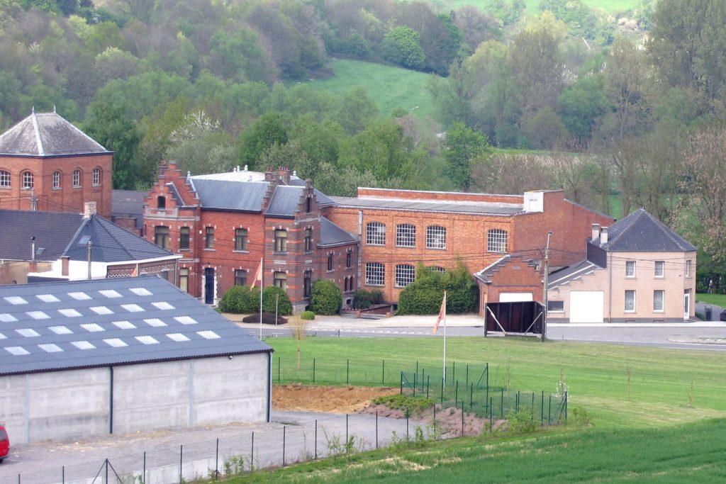 La villa Catala entourée des anciens batiments de la filature en 2011